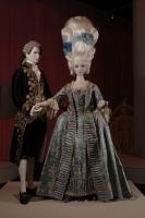 女性:ローブ・ア・ラ・フランセーズ 1760年頃、男性:アビ・ア・ラ・フランセーズ 1780-90年頃 神戸ファッション美術館