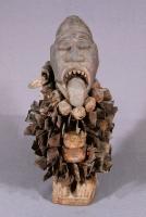 呪医像(コンゴ民主共和国) 呪医を象った彫像。身体に刺さった鉄片は、妖術や邪術に対抗するための防御の意味がある。