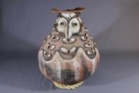 つぼ(パプアニューギニア)  乾燥させたサゴヤシ澱粉の保存用。装飾に精霊の姿が表されている。