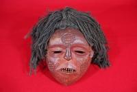仮面(ザンビア) ルラレ人の仮面。髪の毛の材料はサイザル麻の繊維を用いている