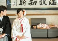 結婚式までの時間を持て余し、 結婚式らしからぬ独特のゆる~い空気感で、待つ姪っ子 © Tatsu Hanai