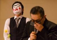予想に反し、感動的なインタビューになってしまい、 真面目な表情で聞き入る新郎友人 © Tatsu Hanai